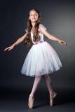 Αρκετά μακρυμάλλες ballerina που χορεύει στο στούντιο στοκ φωτογραφία με δικαίωμα ελεύθερης χρήσης