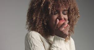 Αρκετά μαύρο κορίτσι με τη μεγάλη τρίχα που θέτει το βίντεο απόθεμα βίντεο