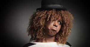 Αρκετά μαύρο κορίτσι με τη μεγάλη τρίχα που θέτει το βίντεο Στοκ Φωτογραφία