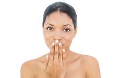Αρκετά μαύρο μαλλιαρό πρότυπο που κρύβει το στόμα της στοκ εικόνες με δικαίωμα ελεύθερης χρήσης