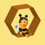 Αρκετά μια συμπαθητική μικρή μέλισσα κάθεται στα κύτταρα Στοκ Εικόνες