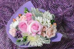 Αρκετά μικρή ανθοδέσμη με τα ρόδινα τριαντάφυλλα και άλλα μικρά λουλούδια στοκ φωτογραφία με δικαίωμα ελεύθερης χρήσης