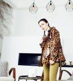 Αρκετά μοντέρνη γυναίκα στο φόρεμα μόδας με την τυπωμένη ύλη λεοπαρδάλεων μαζί στο πλούσιο εσωτερικό δωματίων πολυτέλειας, έννοια Στοκ Εικόνες