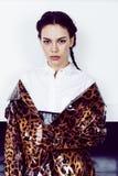 Αρκετά μοντέρνη γυναίκα στο φόρεμα μόδας με την τυπωμένη ύλη λεοπαρδάλεων στο luxu Στοκ Εικόνες