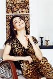 Αρκετά μοντέρνη γυναίκα στο φόρεμα μόδας με την τυπωμένη ύλη λεοπαρδάλεων μαζί στο πλούσιο εσωτερικό δωματίων πολυτέλειας, έννοια Στοκ Εικόνα