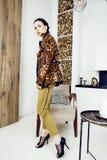 Αρκετά μοντέρνη γυναίκα στο φόρεμα μόδας με την τυπωμένη ύλη λεοπαρδάλεων μαζί στο πλούσιο εσωτερικό δωματίων πολυτέλειας, έννοια Στοκ εικόνες με δικαίωμα ελεύθερης χρήσης