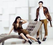 Αρκετά μοντέρνη γυναίκα στο φόρεμα μόδας με την τυπωμένη ύλη λεοπαρδάλεων μαζί στο πλούσιο εσωτερικό δωματίων πολυτέλειας, έννοια Στοκ εικόνα με δικαίωμα ελεύθερης χρήσης