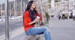 Αρκετά μοντέρνη νέα γυναίκα στη ζωηρόχρωμη μόδα φιλμ μικρού μήκους