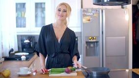 Αρκετά μοντέρνη νοικοκυρά στην κουζίνα απόθεμα βίντεο