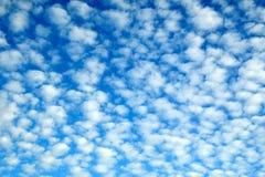 Αρκετά μπλε cloudscape με τα χνουδωτά σύννεφα Στοκ εικόνες με δικαίωμα ελεύθερης χρήσης