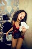 Αρκετά νέα γυναίκα αφροαμερικάνων στο χώρο ανάπαυσης πολυτέλειας με τα χρήματα, όπως την πόρνη Στοκ φωτογραφίες με δικαίωμα ελεύθερης χρήσης