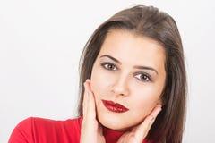 Αρκετά νέα γυναίκα με τα κόκκινα τσέκια στα χείλια της στοκ εικόνα με δικαίωμα ελεύθερης χρήσης