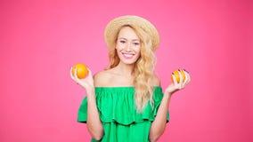 Αρκετά νέα γυναίκα με τα πορτοκάλια απόθεμα βίντεο