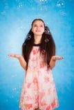 Αρκετά νέα γυναίκα με τις φυσαλίδες σαπουνιών Στοκ Φωτογραφίες