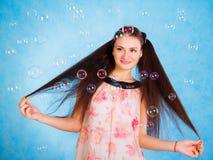 Αρκετά νέα γυναίκα με τις φυσαλίδες σαπουνιών Στοκ Φωτογραφία