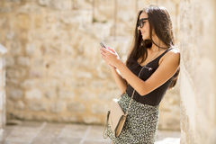 Αρκετά νέα γυναίκα με το κινητό τηλέφωνο Στοκ Εικόνα