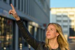 Αρκετά νέα γυναίκα που δείχνει προς τα πάνω στην πόλη Στοκ φωτογραφίες με δικαίωμα ελεύθερης χρήσης