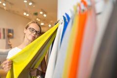 Αρκετά νέα γυναίκα που επιλέγει το σωστά υλικό/το χρώμα Στοκ εικόνες με δικαίωμα ελεύθερης χρήσης