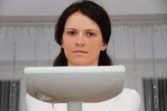 Αρκετά νέα γυναίκα που επισκευάζει την ηλεκτρική σκούπα στο σπίτι Στοκ εικόνα με δικαίωμα ελεύθερης χρήσης