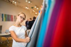 Αρκετά νέα γυναίκα που επιλέγει το σωστά υλικό/το χρώμα Στοκ Εικόνα