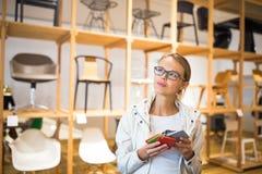 Αρκετά νέα γυναίκα που επιλέγει το σωστά υλικό/το χρώμα Στοκ Εικόνες