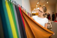 Αρκετά νέα γυναίκα που επιλέγει το σωστά υλικό/το χρώμα Στοκ φωτογραφία με δικαίωμα ελεύθερης χρήσης