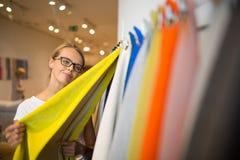 Αρκετά νέα γυναίκα που επιλέγει το σωστά υλικό/το χρώμα Στοκ εικόνα με δικαίωμα ελεύθερης χρήσης