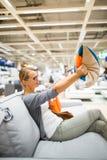 Αρκετά νέα γυναίκα που επιλέγει το σωστά υλικό/το χρώμα Στοκ Φωτογραφία