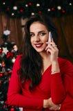 Αρκετά νέα γυναίκα που κουβεντιάζει στο κινητό τηλέφωνό της μέσα Στοκ Φωτογραφία