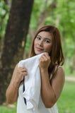 Αρκετά νέα γυναίκα που σκουπίζει τον ιδρώτα από μια άσπρη πετσέτα στοκ εικόνα με δικαίωμα ελεύθερης χρήσης