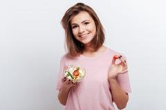 Αρκετά νέα γυναίκα που τρώει τη σαλάτα Στοκ Εικόνες