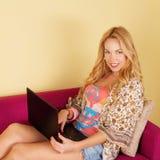 Αρκετά νέα γυναίκα που χρησιμοποιεί το lap-top της Στοκ φωτογραφία με δικαίωμα ελεύθερης χρήσης