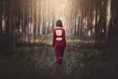 Αρκετά νέα γυναίκα στο δάσος στοκ φωτογραφίες με δικαίωμα ελεύθερης χρήσης