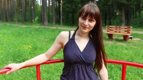 Αρκετά νέα γυναίκα στο ιπποδρόμιο στο πράσινο θερινό δάσος στην ηλιόλουστη ημέρα φιλμ μικρού μήκους