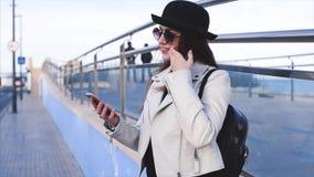 Αρκετά νέα γυναίκα στο μαύρο καπέλο και γυαλιά που το μήνυμα απόθεμα βίντεο