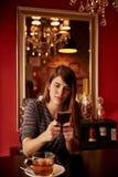 Αρκετά νέα γυναικεία συνεδρίαση στον πίνακα Στοκ Εικόνες