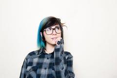 Αρκετά νέα εναλλακτική γυναίκα εφήβων με τα μεγάλα γυαλιά Στοκ Φωτογραφία