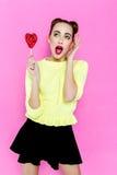 Αρκετά νέα εύθυμη εκμετάλλευση κοριτσιών καρδιά-που διαμορφώνεται lollipop Στοκ Φωτογραφία