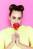 Αρκετά νέα εύθυμη εκμετάλλευση κοριτσιών καρδιά-που διαμορφώνεται lollipop Στοκ φωτογραφία με δικαίωμα ελεύθερης χρήσης
