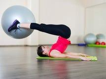 Νέα ικανότητα γυναικών workout στη γυμναστική με το fitball στοκ εικόνες