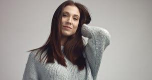 Αρκετά νέα ισπανική τοποθέτηση γυναικών στο studia που εξετάζει τη κάμερα και χαμόγελο Στοκ Φωτογραφίες