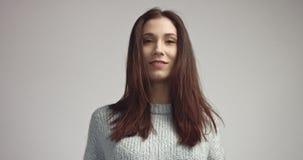 Αρκετά νέα ισπανική τοποθέτηση γυναικών στο studia που εξετάζει τη κάμερα και χαμόγελο Στοκ Φωτογραφία