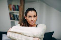 Αρκετά νέα κυρία που κοιτάζει στο σπίτι μακριά Στοκ Φωτογραφία