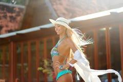 Αρκετά νέα κυρία στο υπαίθριο πορτρέτο μόδας καπέλων και μπικινιών Στοκ φωτογραφία με δικαίωμα ελεύθερης χρήσης