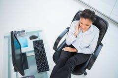 Αρκετά νέα μελαχροινή μαλλιαρή επιχειρηματίας που κάνει ένα τηλεφώνημα Στοκ Φωτογραφία