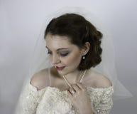 Αρκετά νέα νύφη που φορά το πέπλο Στοκ Εικόνες