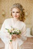 Αρκετά νέα νύφη Πρωί μπουντουάρ της νύφης στοκ φωτογραφίες