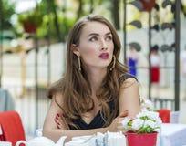 Αρκετά νέα ξανθή συνεδρίαση γυναικών στον καφέ Στοκ φωτογραφία με δικαίωμα ελεύθερης χρήσης