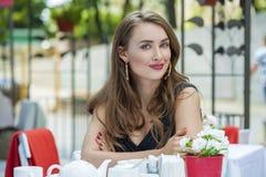 Αρκετά νέα ξανθή συνεδρίαση γυναικών στον καφέ Στοκ εικόνες με δικαίωμα ελεύθερης χρήσης