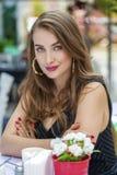 Αρκετά νέα ξανθή συνεδρίαση γυναικών στον καφέ Στοκ Εικόνες